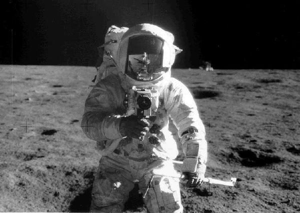 Apollo 12 moonwalker picture (600 x 426)